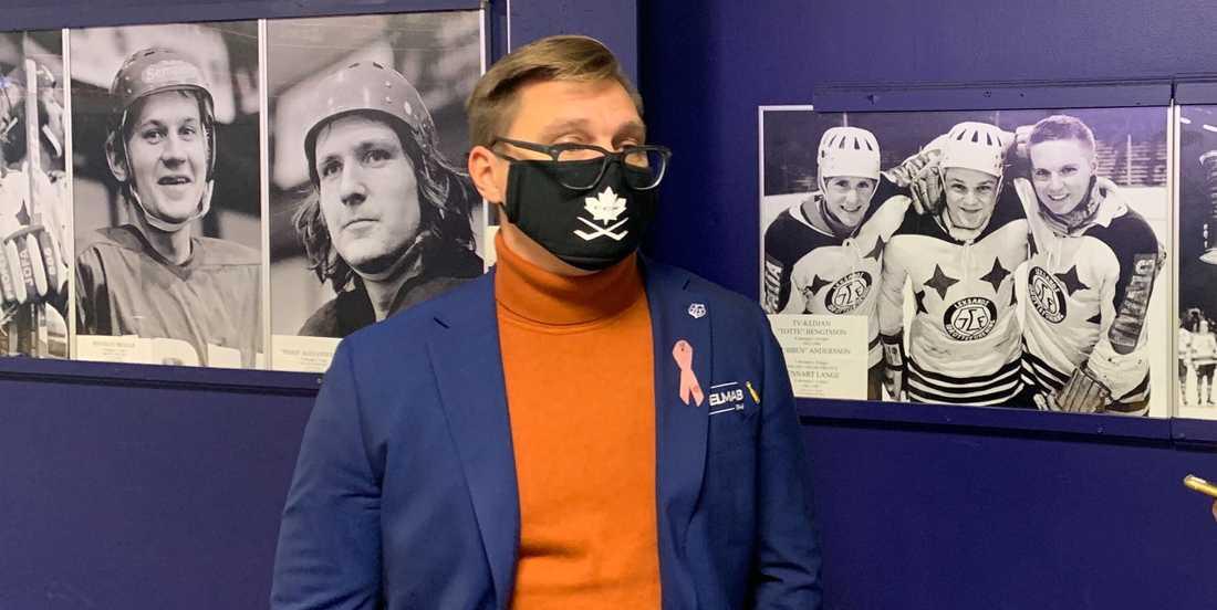 Leksands tränare Björn Hellkvist bar munskydd på grund av smittorisken.