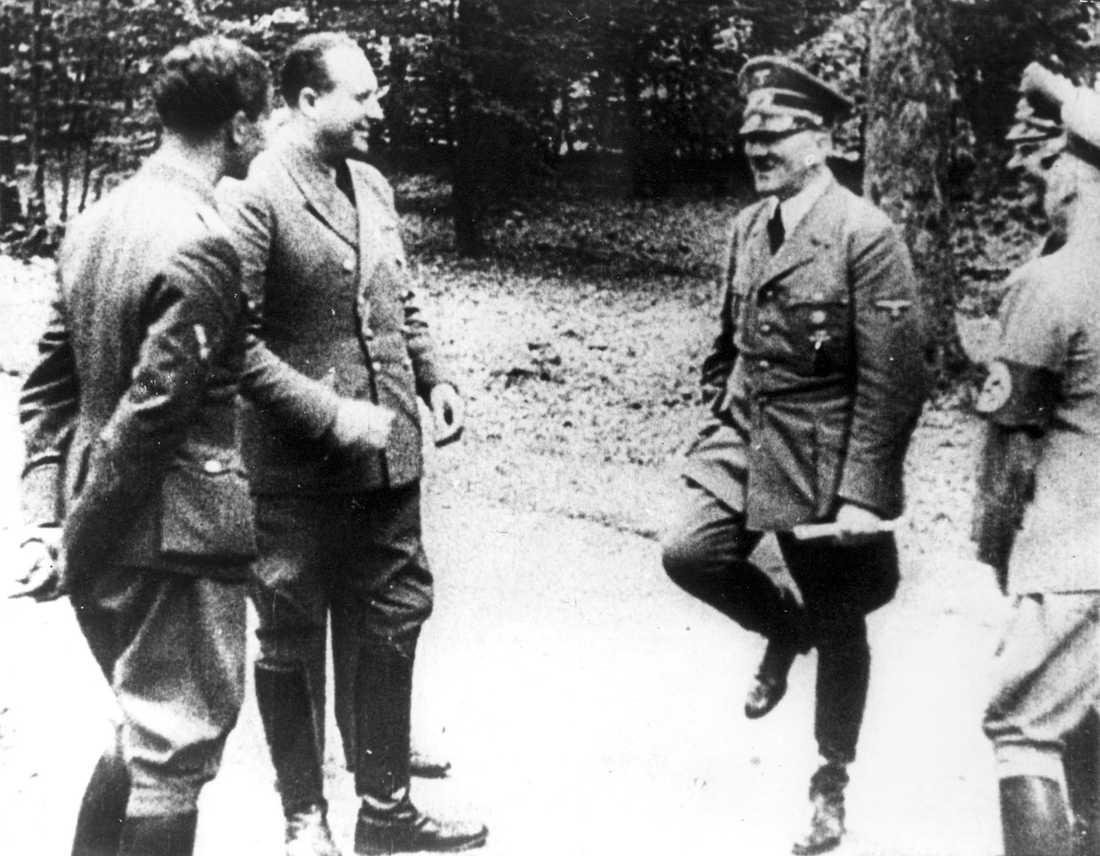 En triumferande Adolf Hitler i Compiègneskogen i juni 1940 inför Frankrikes kapitulation i samma järnvägsvagn där tyskarna kapitulerade 1918.