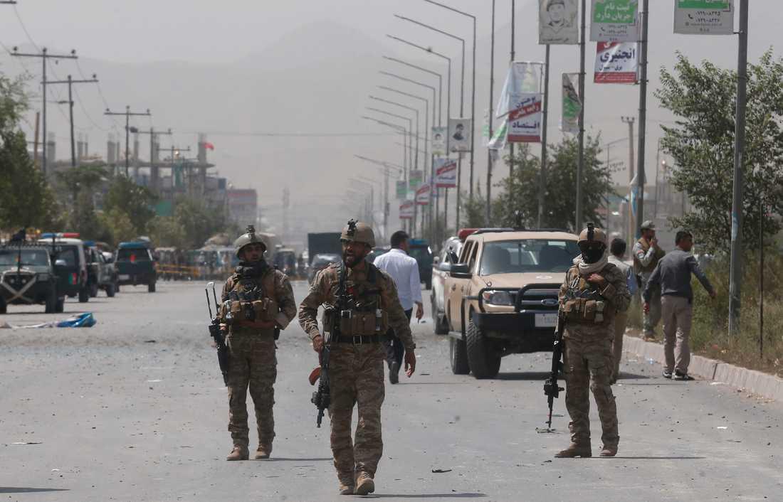 Afghanska säkerhetsstyrkor står vakt efter att en bilburen självmordsbombare sprängt sig i Afghanistans huvudstad Kabul i början av augusti. Talibanerna tog på sig dådet.