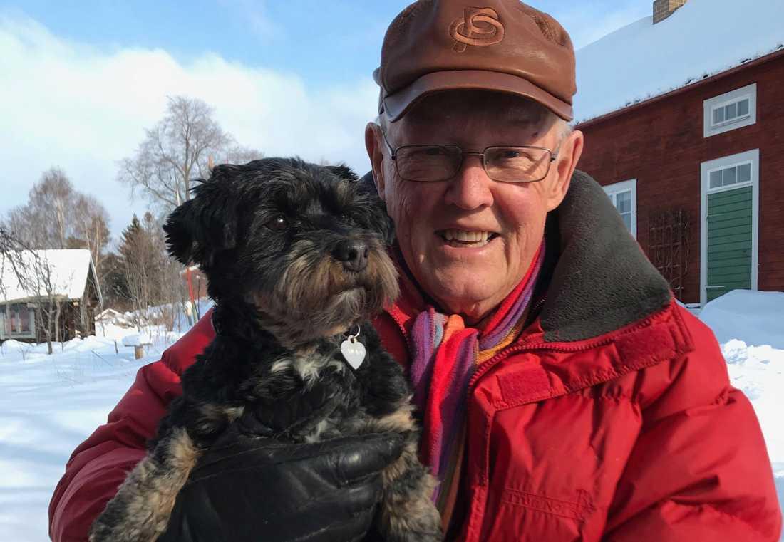 Anders Åkerlund med sin hund Zawadi, som betyder gåva på Swahili.