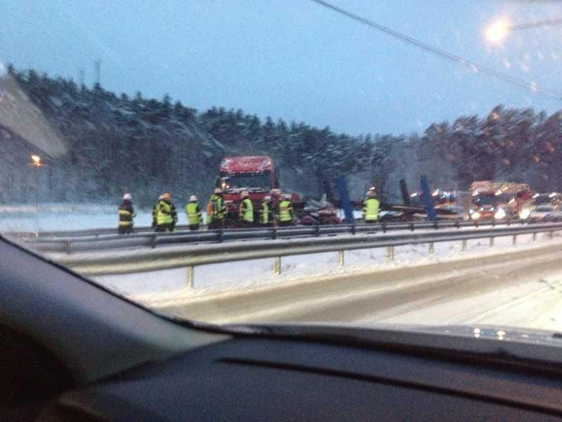 En lastbil och en personbil var inblandade i en olycka i höjd med Rotebro på E4 på tisdagen.