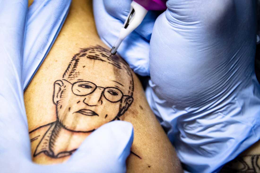 Ingen väg tillbaka. Gustav Lloyd Agerblad, 32, tatuerar in ett porträtt av statsepidemiologen Anders Tegnell