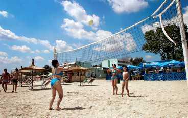 Mamaias stora tillgång är den sex kilometer långa sandstranden, som är barnvänligt långgrund och kantas av barer och serveringar.