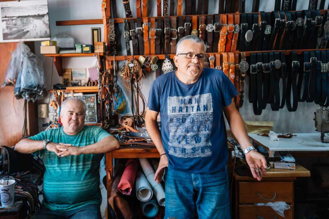 Vasilis och Nikos Kougioumtzoglou driver en läderverkstad och butik i Rhodos stad. Sedan den grekiska semesterön öppnade för internationella direktflyg för ett par dagar sedan har de haft två kunder, som köpte sandaler.