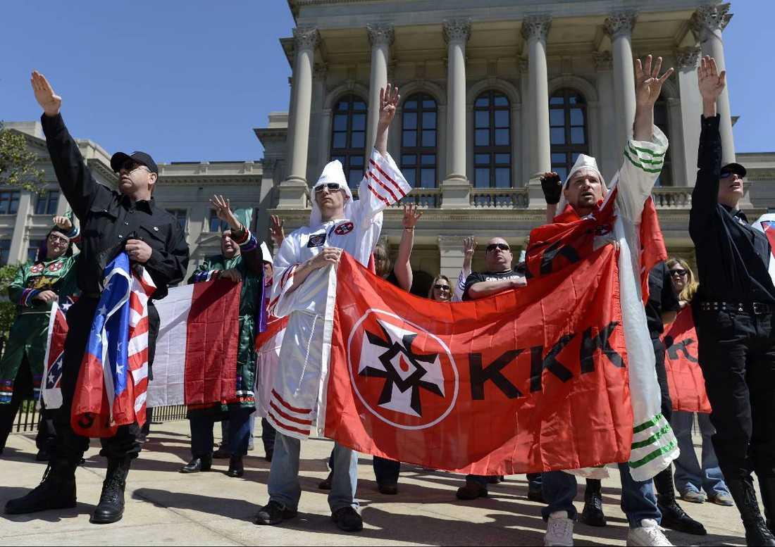Nyazister och Ku Klux Klan-medlemmar demonstrerar mot invandringen vid Georgia State Capitol i Atlanta.