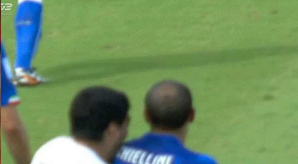 Suarez sätter tänderna i Chiellini i årets VM.