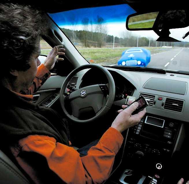 INGEN FARA När kollisionen närmar sig styr Volvon själv undan – och olyckan uteblir.