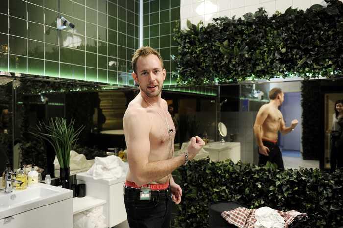 """Efter bara några timmar i """"Big brother""""-huset började Aftonbladet-tv:s Kristoffer Hindhammar fundera över om han ändå inte skulle passa i en tribaltatuering. På äkta """"Big brother""""-manér gick han givetvis barbringad."""