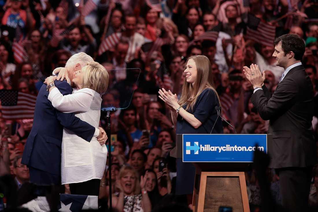 Hillary Clinton kramas om av maken Bill Clinton.