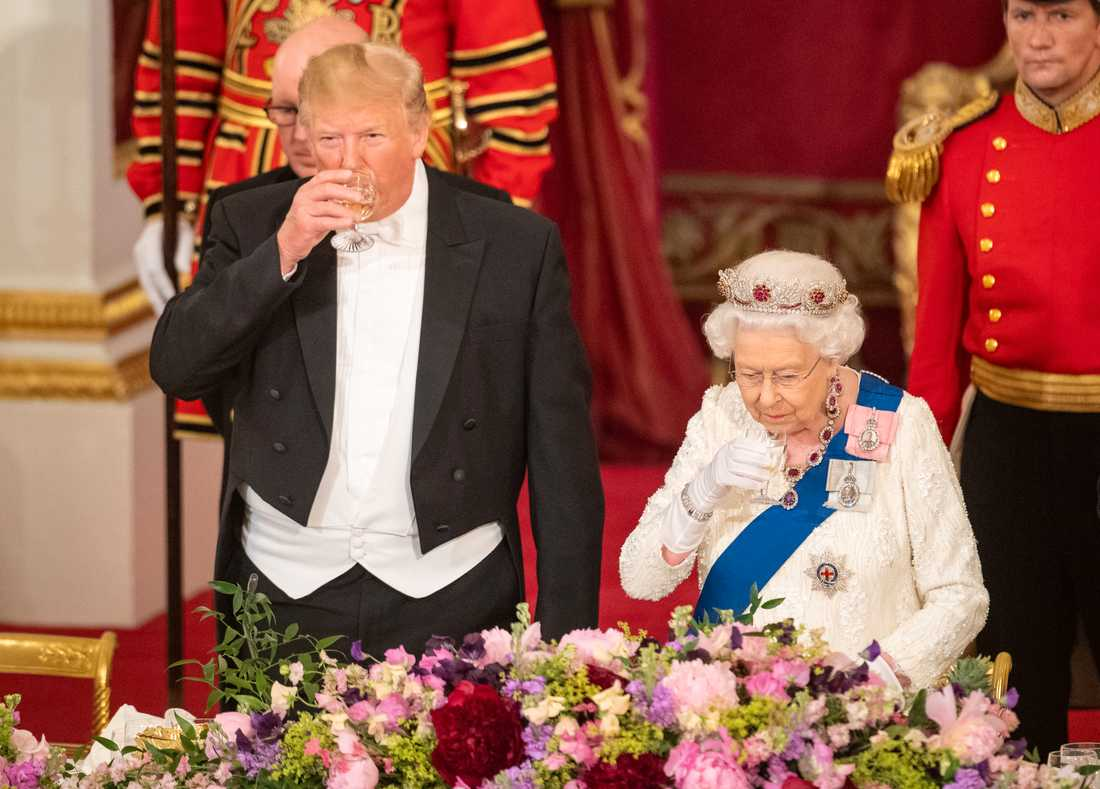 På måndagskvällen togs presidentparet emot av drottning Elisabeth i Buckingham Palace