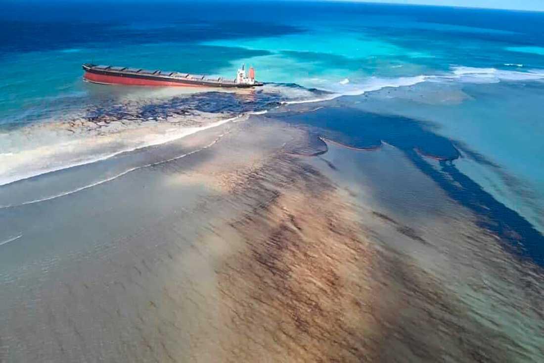 Tiden börjar bli knapp för att bärga de 2500 ton olja som ännu är kvar på fartyget MV Wakashio som gått på grund i Mauritius.