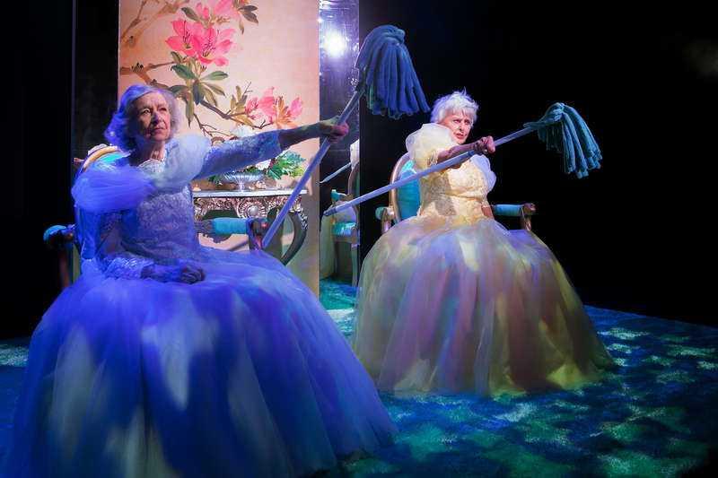 """Meta Velander, 95, och Yvonne Lombard, 90,  i den kritikerrosade föreställningen """"Och så levde de lyckliga"""" på Stockholms Stadsteater."""