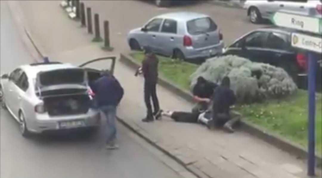 Polisen griper en man i Anderlecht, Bryssel på fredagen.