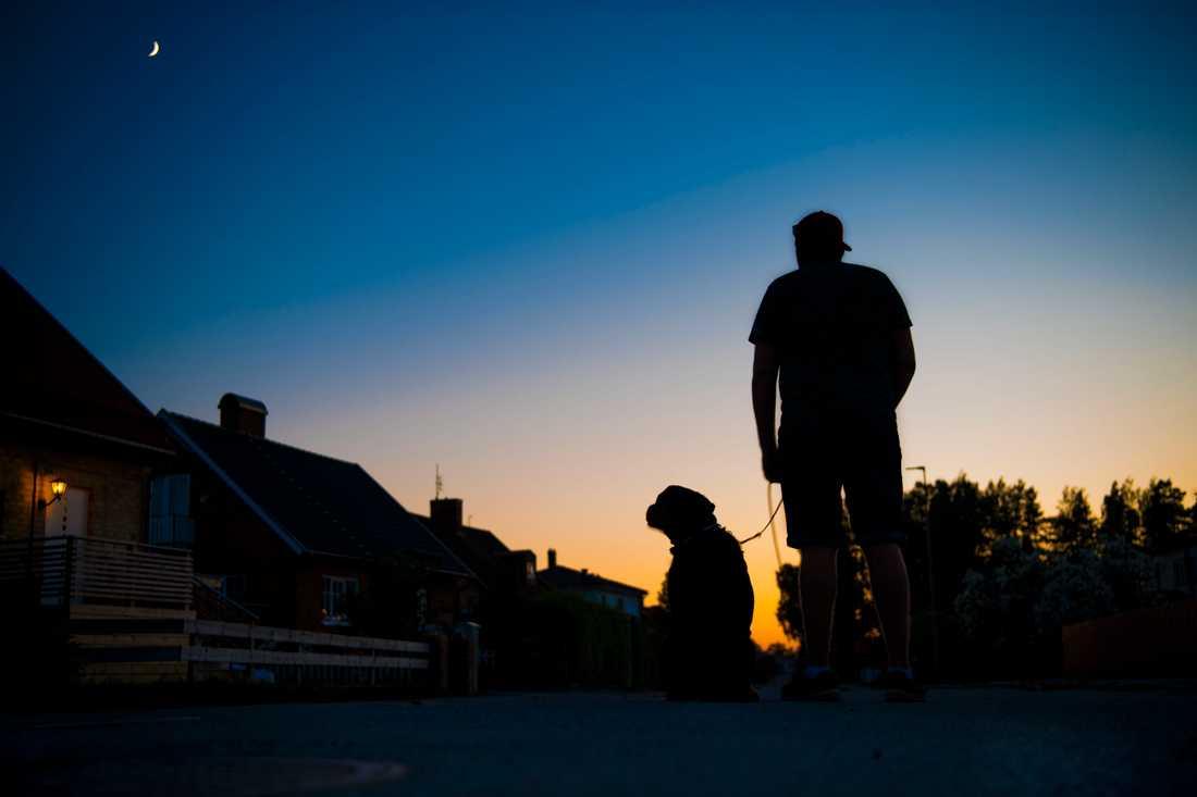 Erik, som bor i villaområdet, med sin hund.
