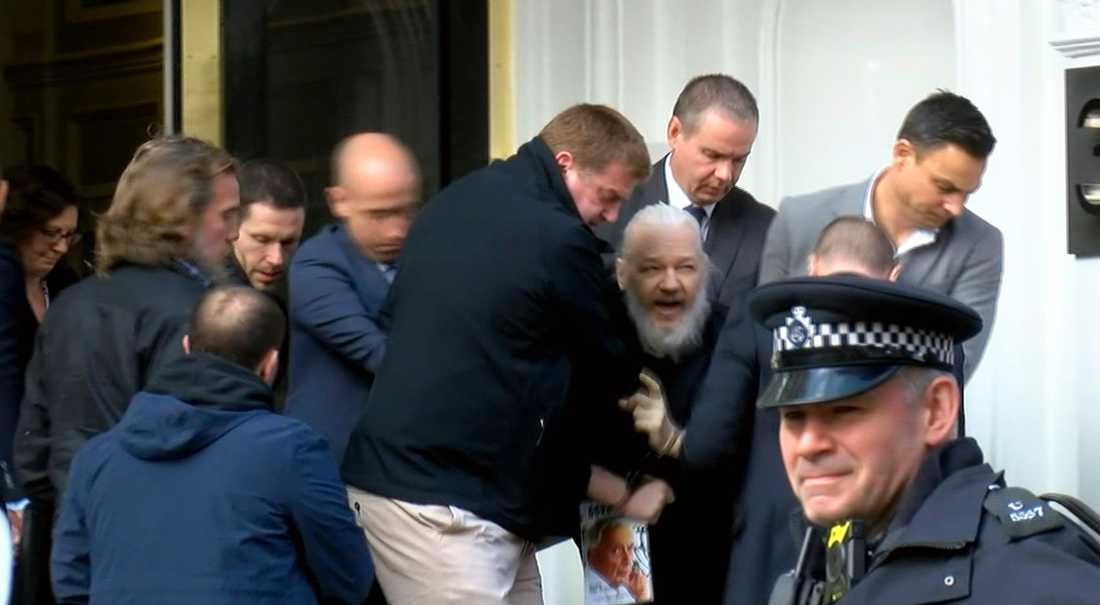 Julian Assange greps av brittisk polis och tvingades lämna Ecuadors ambassad där han befunnit sig i sju år.