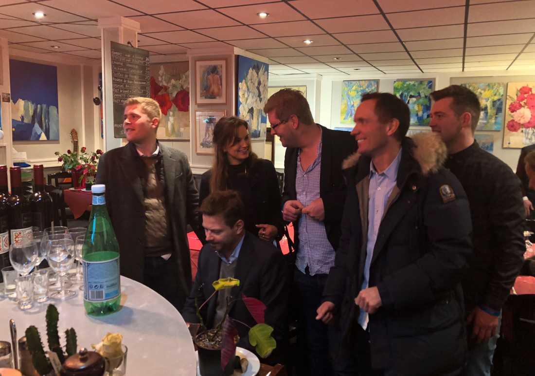 Björn Goops närmaste vänner samlas framför pianot och sjunger sånger.