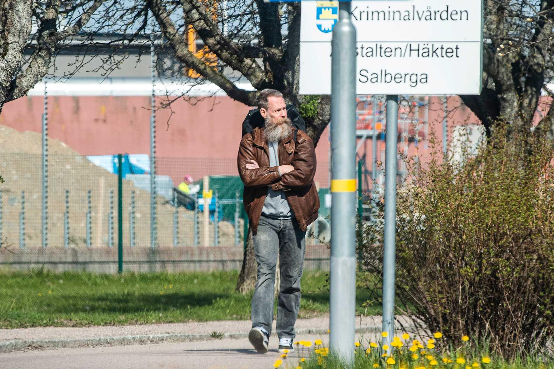 Här lämnar Ulf Borgström, även känd som gryningspyromanen, anstalten Salberga.