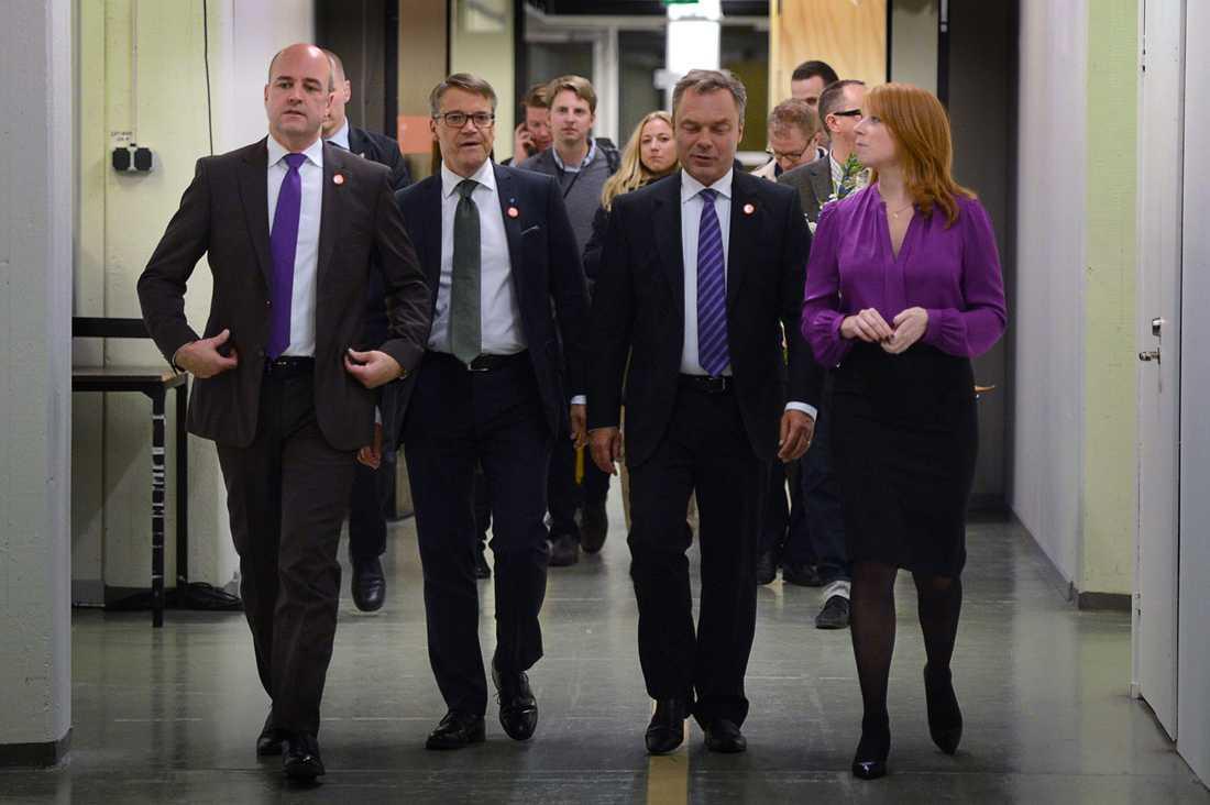 Partiledarna i alliansen lämnar studion.