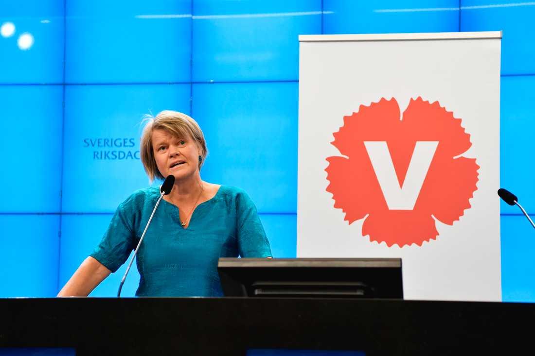 Ulla Andersson (V) kommenterar regeringens budgetproposition under en pressträff i riksdagen.