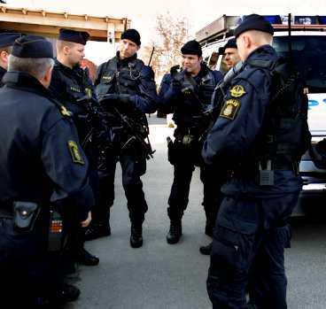Polishuset i Sollentuna specialbevakas av tungt beväpnad polis.
