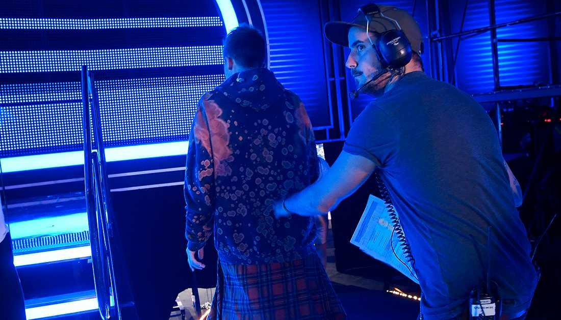 Noah fick ledas bort från scenen av en studioman.