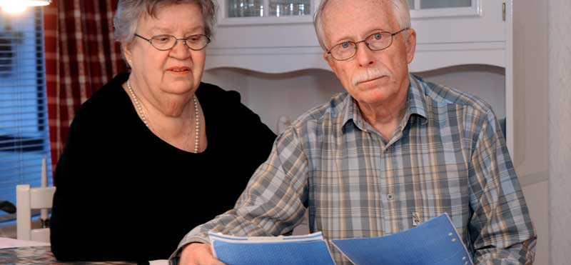 """""""De har sänkt min pension med 273 kronor i månaden"""", säger Topi Sundelin, här med sin fru Eila Sundelin."""