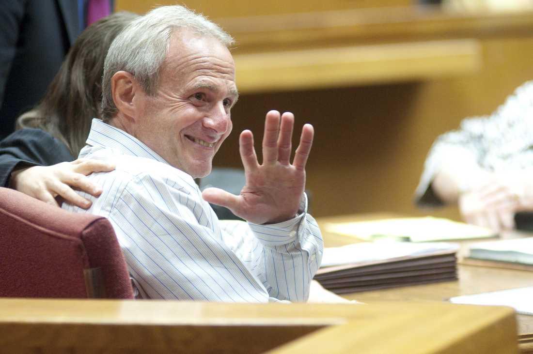 Michael Morton vinkar lättad till sina föräldrar i domstolen i Georgetown, Texas.