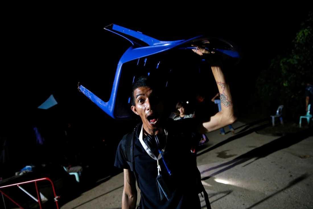 En journalist firar medan han lämnar grottsystemet Tham Luang.