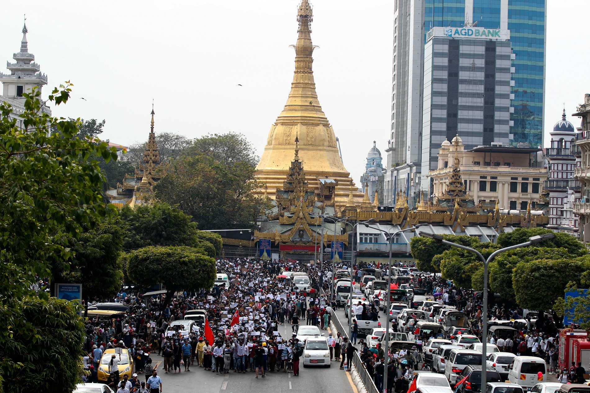 Buddhistiska monument är viktiga attraktioner i Myanmar. På bilden hålls demonstrationer i Rangoon framför den berömda Sule-pagodan i februari i år.