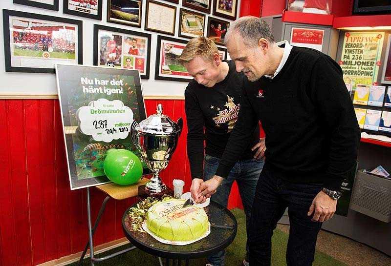 ... och en bit tårta, vid onsdagens pressträff i rekordbutiken Skarphagens Spel och Tobak i Norrköping.