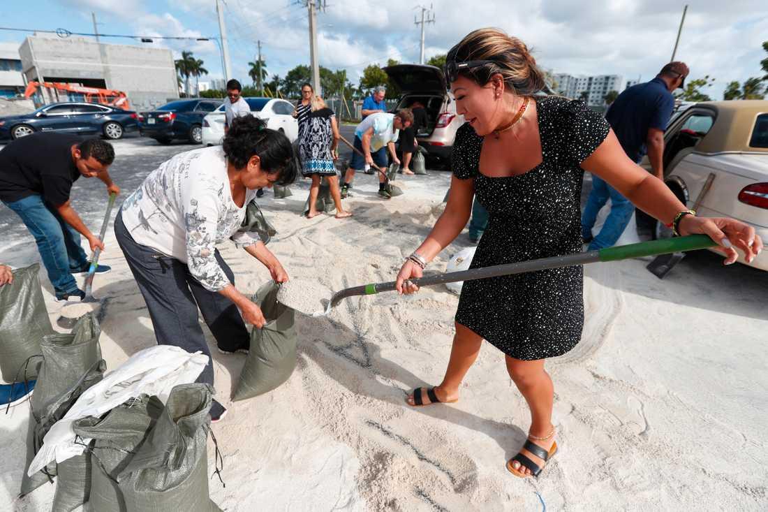 Floridabor förbereder sandsäckar inför ovädret.