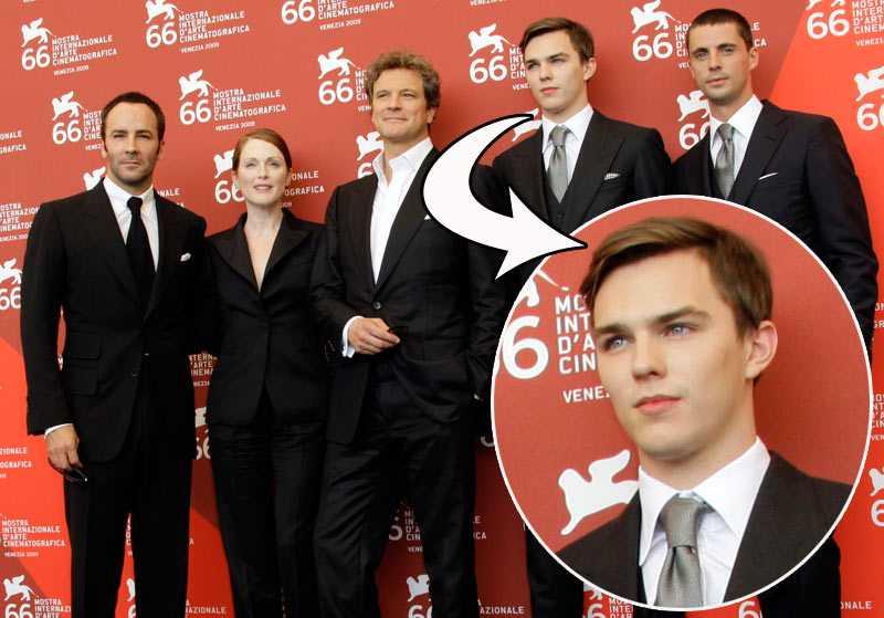 """2009 Regissören Tom Ford och skådespelarna Julianne Moore, Colin Firth, NIcholas Hoult och Matthew Goode poserar på röda mattan i premiärkläderna inför """"A single man""""."""