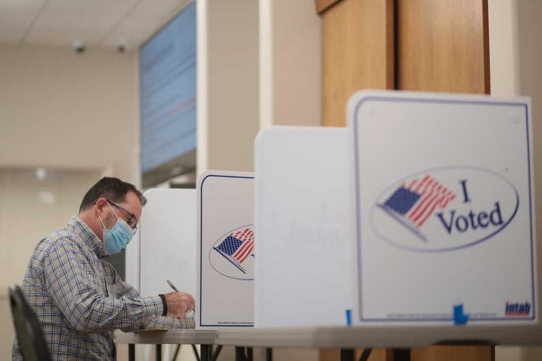 En väljare i Idaho förtidsröstar i det amerikanska presidentvalet som hålls den 3 november. Arkivbild.