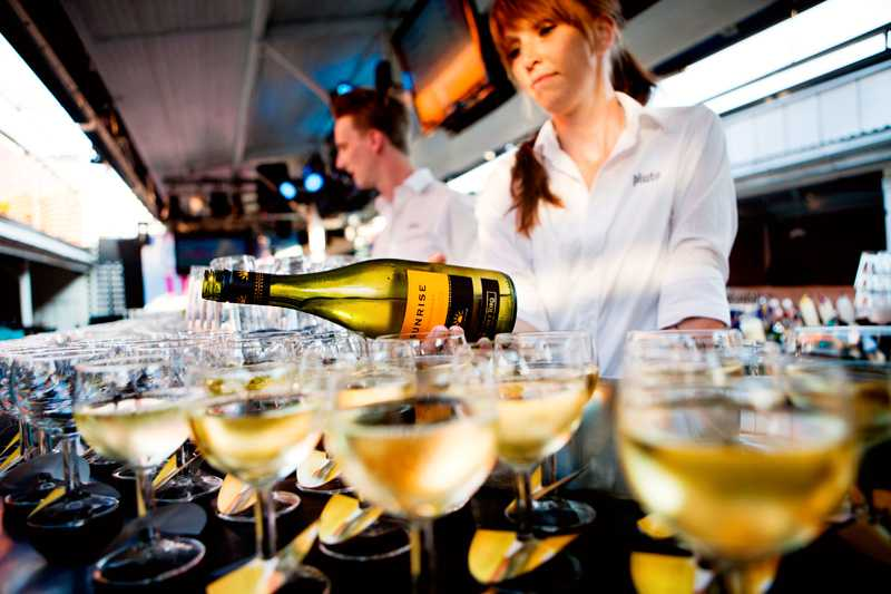 På Girls Night bjös det på Sunrise vitt vin och massa andra godsaker samtidigt som gästerna kunde mingla med varandra och Sofi Fahrman.