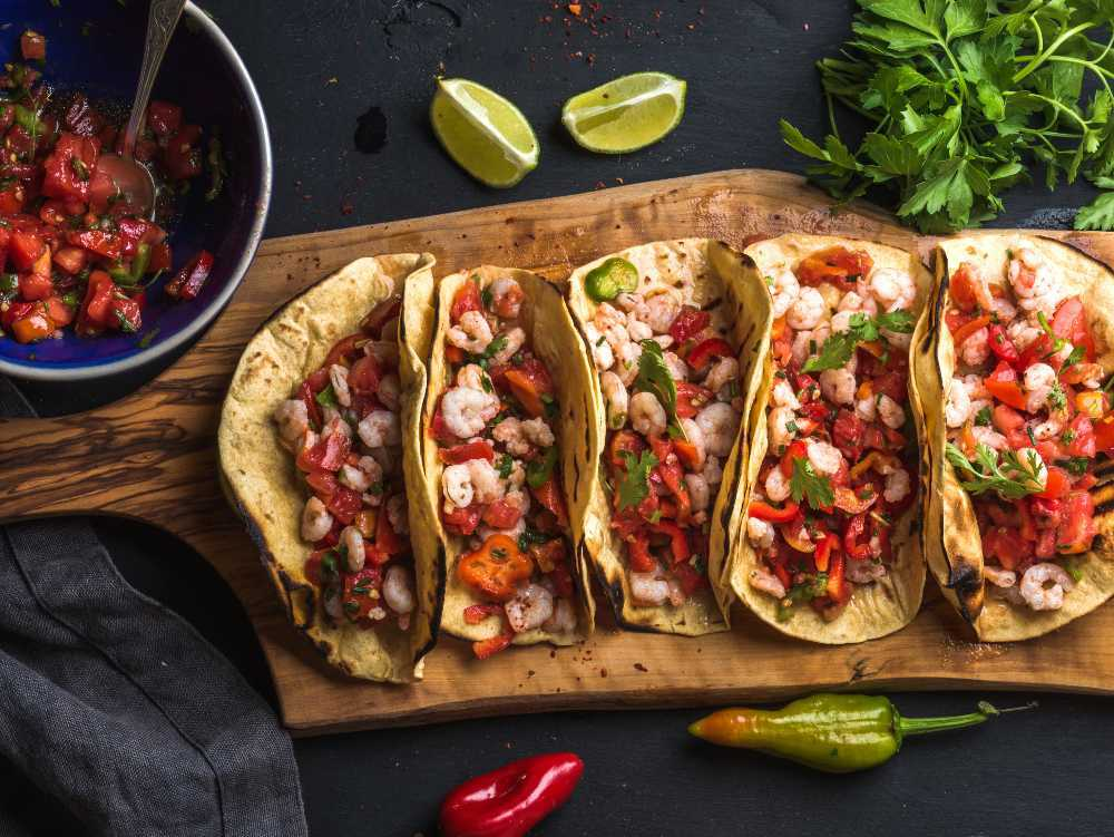 Tacos med skalade räkor.