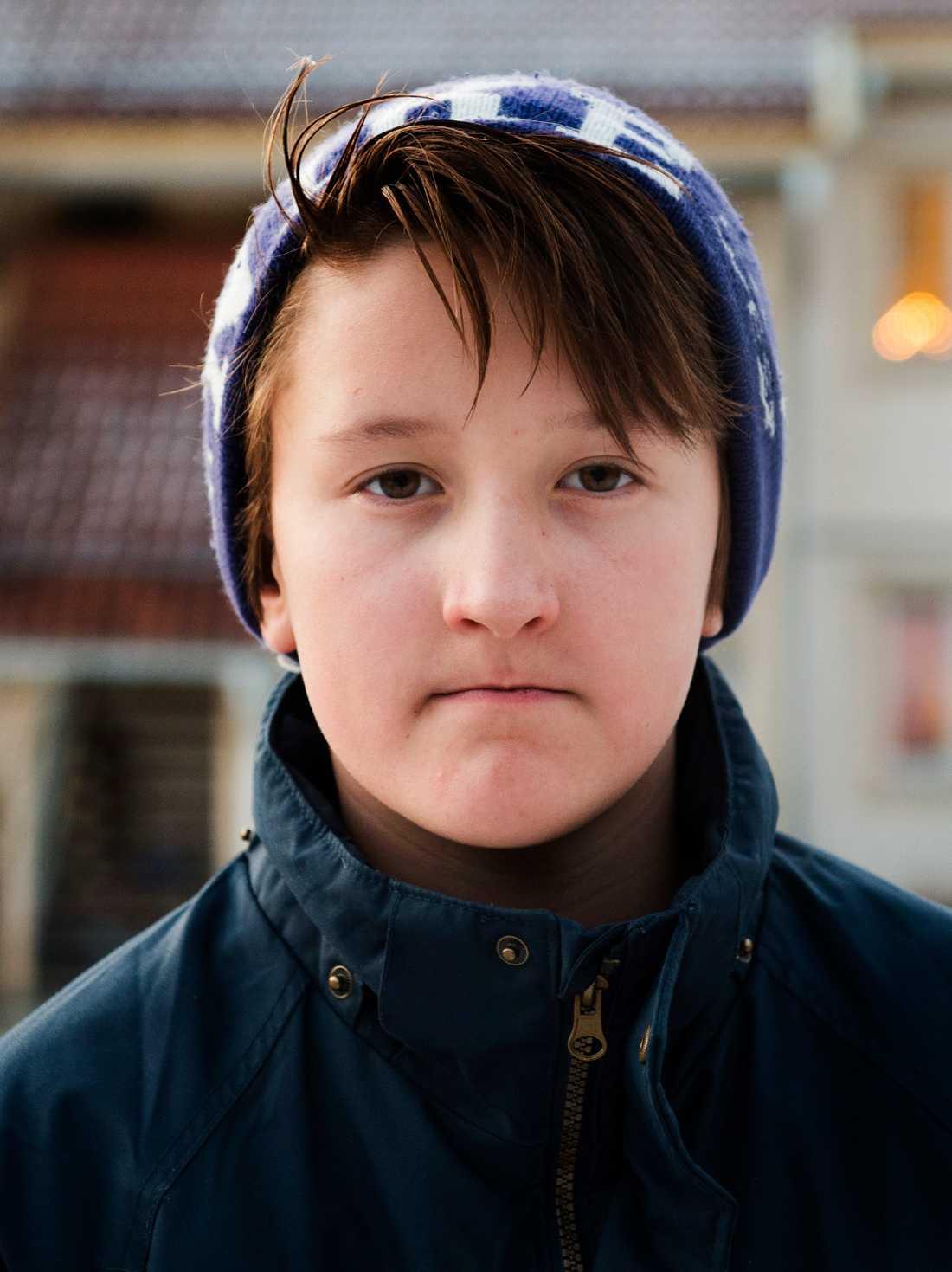 Elva-åriga Alexander riskerar att utvisas trots att han är född i Sverige.