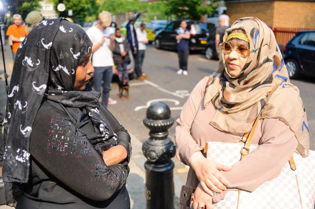"""""""Mina vänner måste ha dött"""". Ifrah Ahab (till vänster) och Shenaz Abdulazaz har sett sitt grannhus brinna upp."""