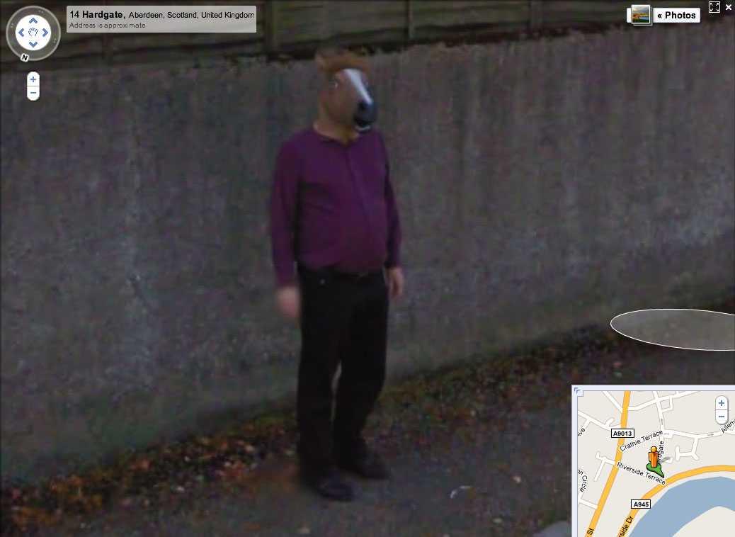 Han kan även ses på Googles gatubilder.