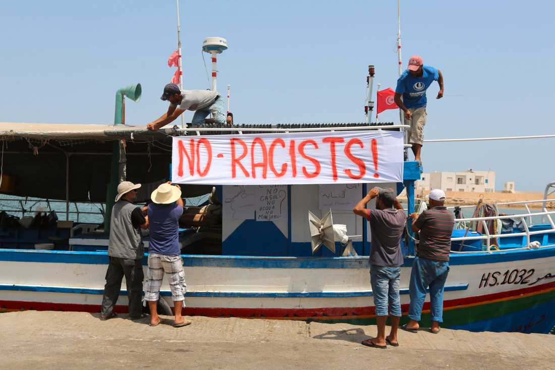 Lokala fiskare i Tunisien protesterar emot att högerextremisters fartyg anlöper hamn för bunkring.