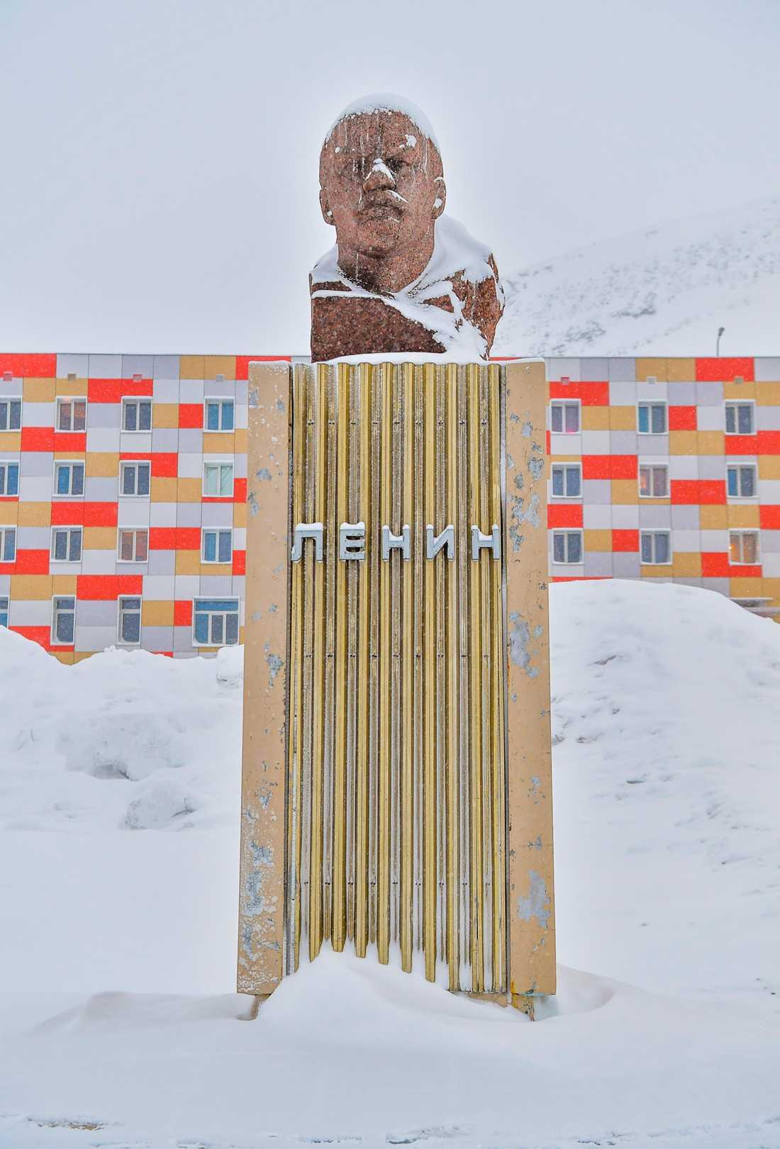 I det ryska gruvsamhället Barentsburg på Svalbard finns världens näst nordligaste Leninstaty. Den nordligaste finns i den gamla sovjetiska spökstaden Pyramiden, som också ligger på Svalbard.
