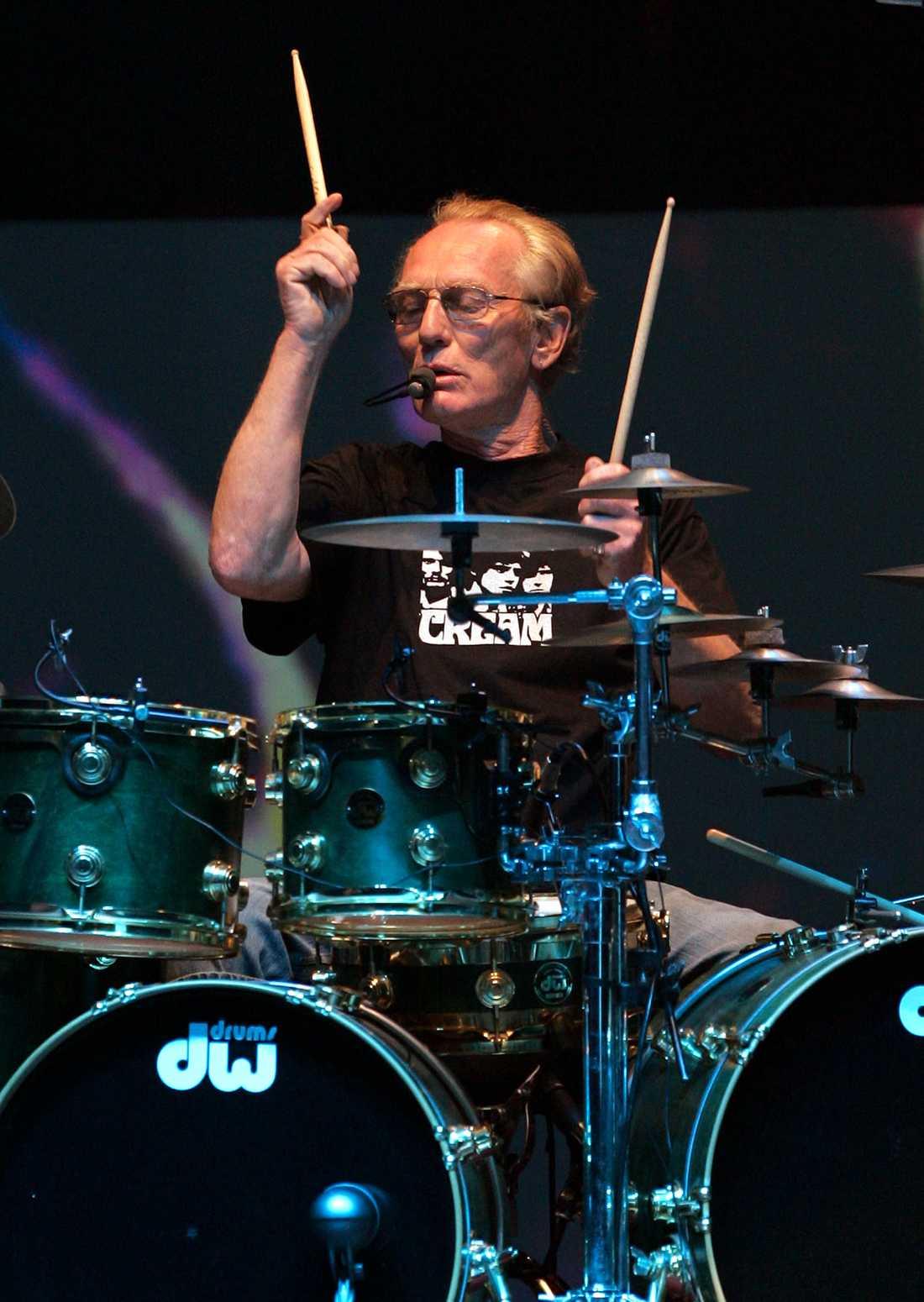 Ginger Baker bakom sina trummor vid bandet Creams reunion på Royal Albert Hall, London, år 2005.