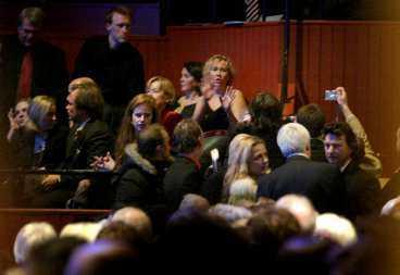 """AGNETHA-kaos Tumult uppstod när medlemmarna i ABBA samlades på samma plats för första gången sedan 1999. När den folkskygga Agnetha Fältskog dök upp på """"Mamma mia""""-premiären i går kväll var jublet öronbedövande."""