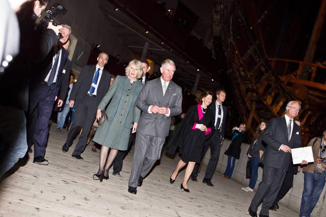 Camilla och prins Charles, kungen och Silvia kommer till Vasamuseet i Stockholm.
