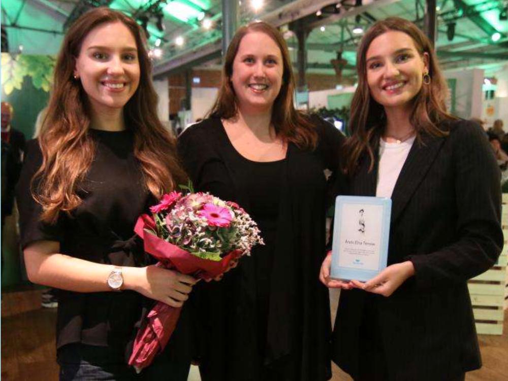 Vinnarna av Elna Tenow-priset 2019, Emma och Amelia Oller Westerberg, tillsammans med Djurens Rätts förbundsordförande Camilla Bergvall.