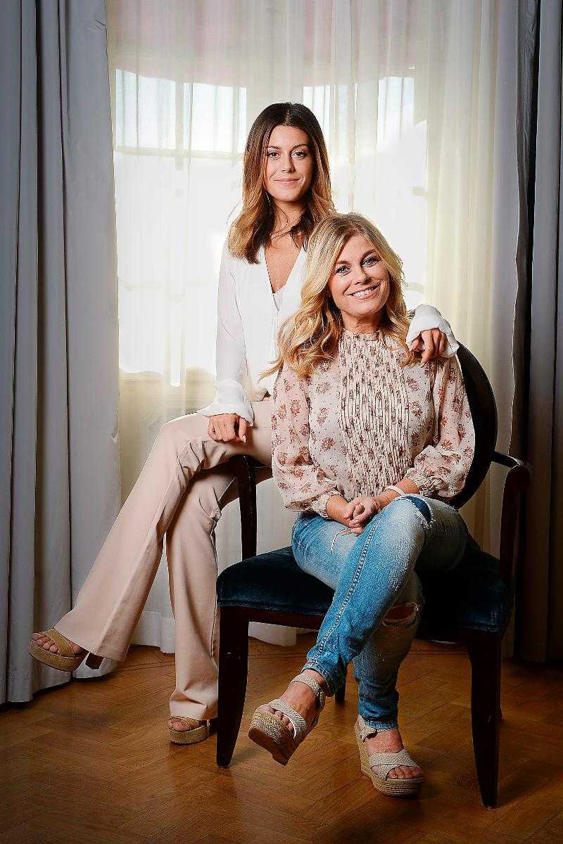 """Bianca Wahlgren Ingrossos uppväxt var fylld av konflikter. I dag är mor- och dotter-relationen bra. Den är så pass bra att Bianca, Pernilla och hela familjen gärna sover i samma säng. """"Det har alltid varit viktigt för mig att vara nära min mamma"""", säger Bianca."""