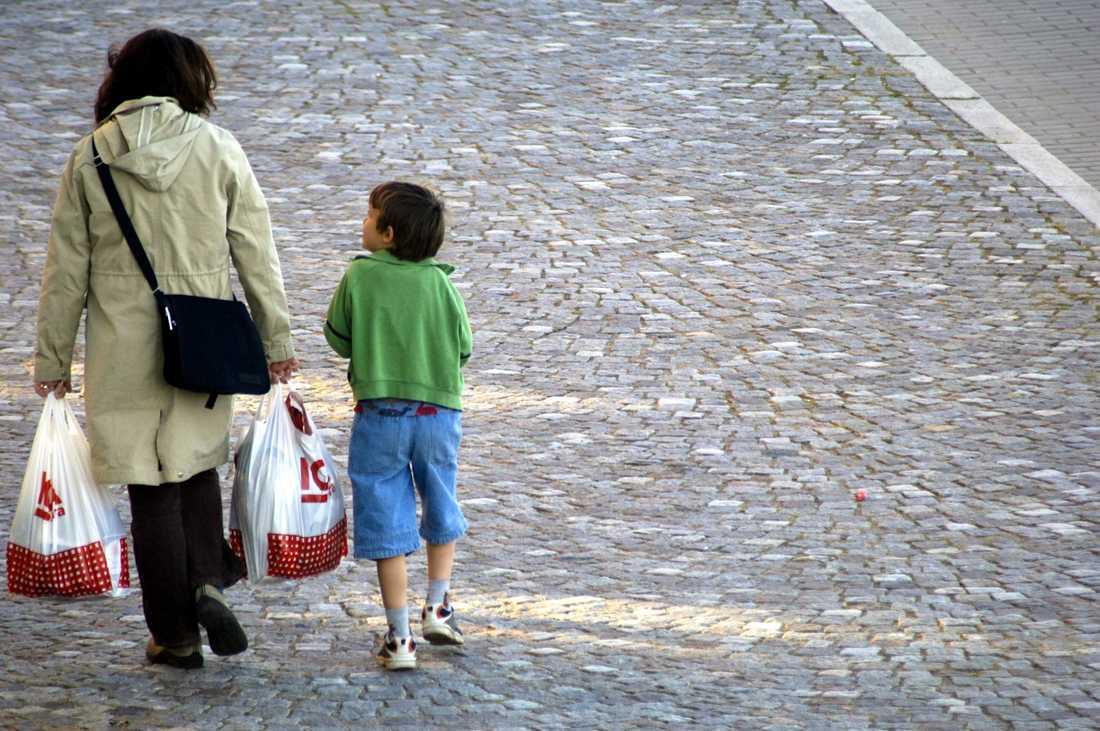Skatt på plastpåsar gör det dyrare att gå och handla mat.