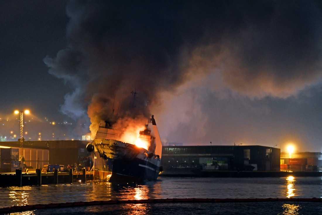 Norska brandkåren valde att tippa båten i vattnet.
