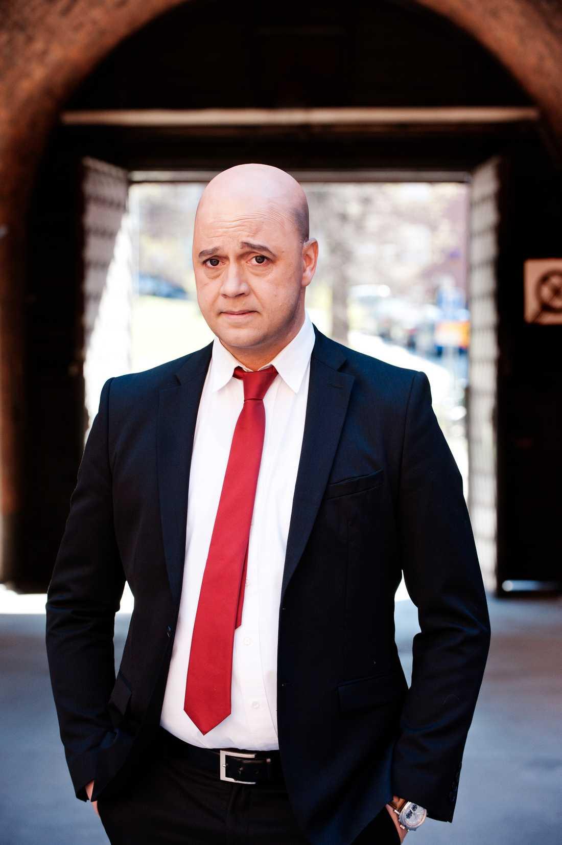 "Johan Petersson som Fredrik Reinfeldt i ""Partaj""."