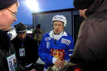 """FINSKT FÖRSVARSTAL Samuli Niskanen, en av Finlands största stjärnor mötte pressen efter storförlusten mot Kazakstan. Frågorna var många. """"Det här känns lite konstigt. Men Sverige passar ju oss bättre"""", säger han."""