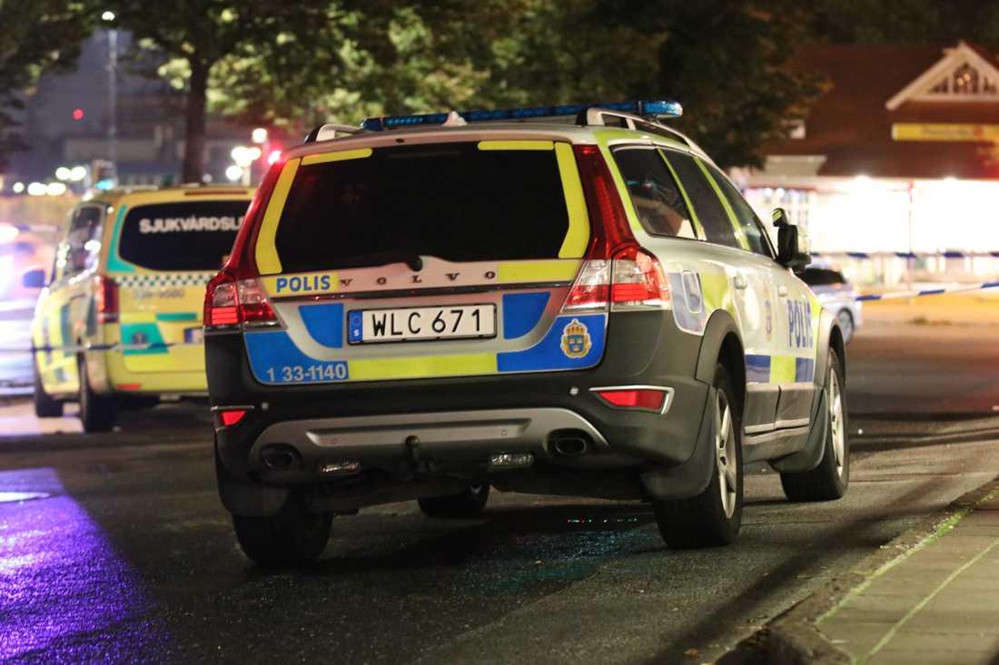 En man ska ha skjutits i bröstet, enligt uppgifter till Aftonbladet.
